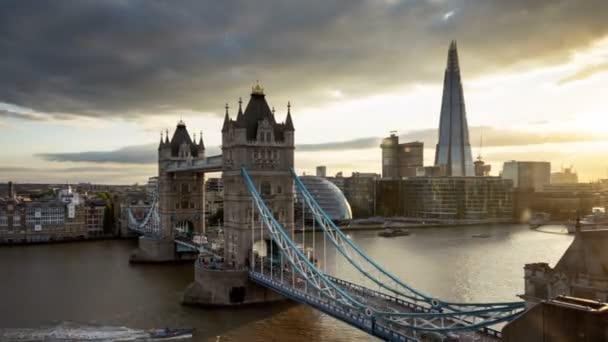 čas zanikla London Panorama s osvětleným Tower bridge v čas západu slunce, Velká Británie
