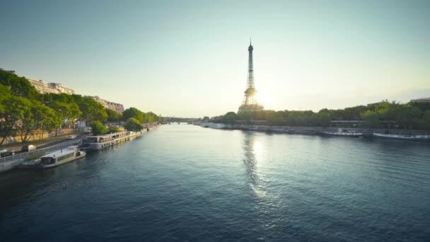 Torre Eiffel e mattina soleggiata, Parigi, Francia