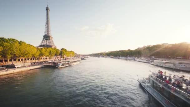 Eiffelova věž a slunečné ráno, Paříž, Francie