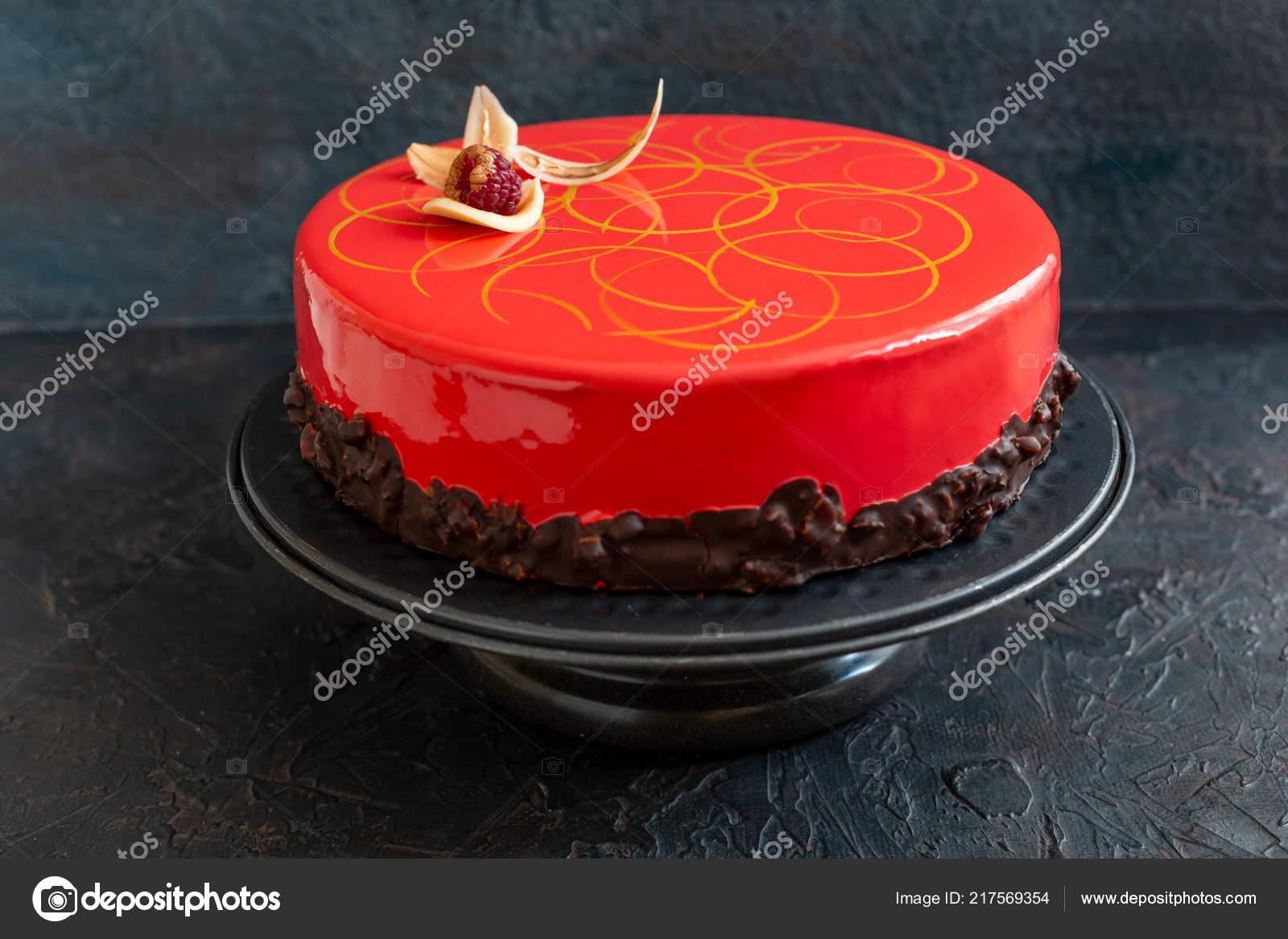 Moderne Mousse Torte Mit Roter Glasur Und Dekoration Von Weisser