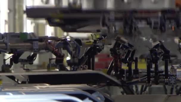 Roboty svaru autodíly do výrobní linky v továrně
