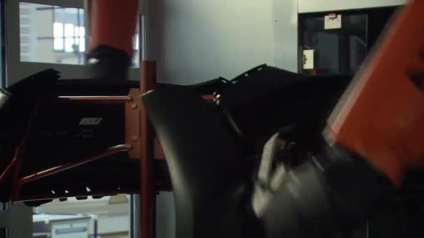 Lackieren von Autoteilen von Robotern in der Automobilfabrik 1
