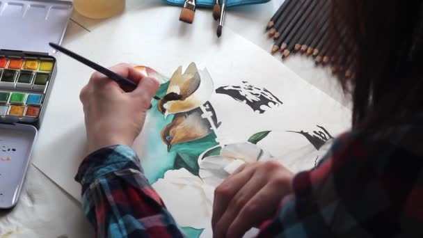 Junge Mädchen Künstler malt schöne Vögel mit Aquarell auf Papier