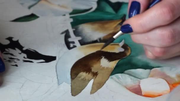 Zeichnung schöner Vögel mit Aquarellblumen auf ein Papierblatt mit einem Pinsel