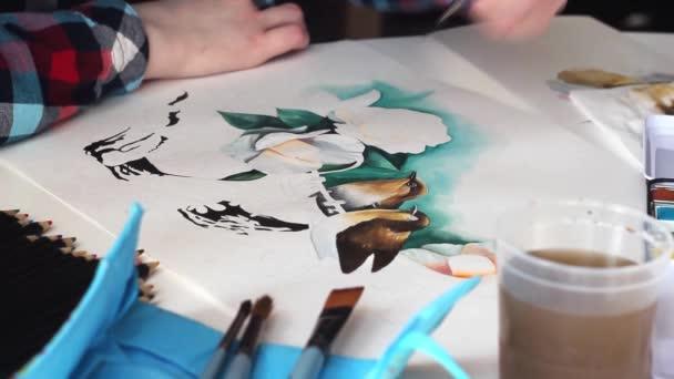 Zeichnung erstaunlicher Vögel mit Aquarellblumen auf einem Papierbogen mit einem Pinsel