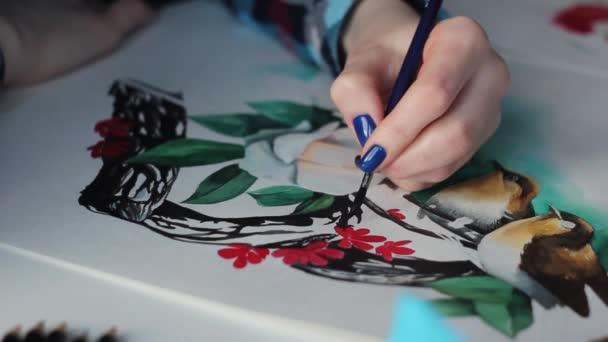 Zeichnen schöne Vögel mit Aquarellblumen auf einem Papierblatt mit einem Pinsel