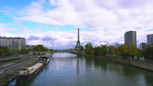 tour Eiffel nad řeku Seinu