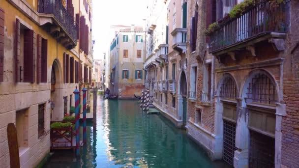 benátské gondoly v kanálu