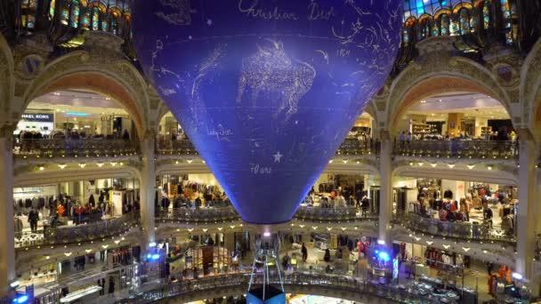 1e1fed58c143 Галерея Лафайет, известный магазин в Париже, Франция — Стоковый ...
