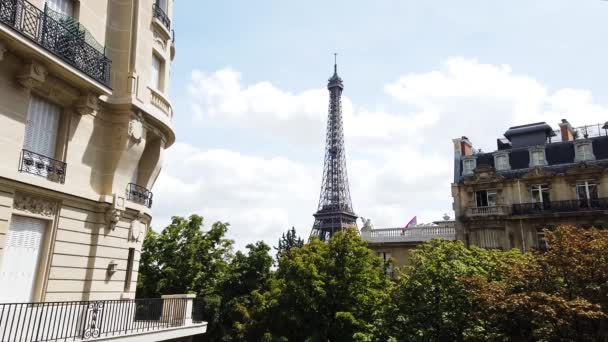 eiffel tour a Paris street