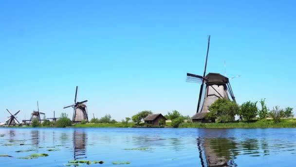 holandský větrný mlýn nad vodami řeky