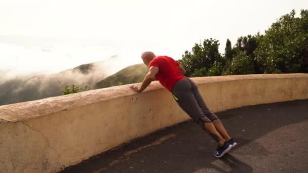 Starší muž dělá sportovní cvičení