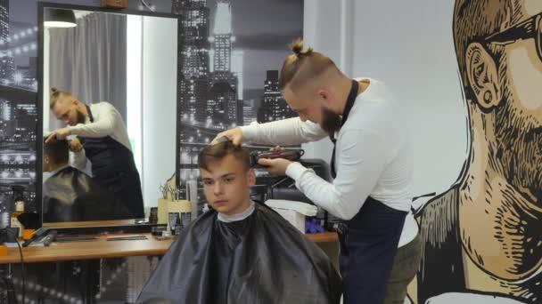 Friseur Für Männer Barbershop Ein Junger Mann Bekommt Einen