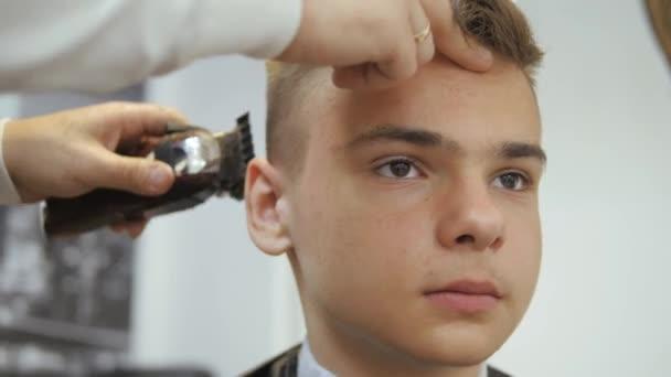 Friseur Fur Manner Barbershop Ein Junger Mann Bekommt Einen Haarschnitt Und Haare Pflege Service Von Einem Bartigen Mann Mit Einem Haar Auf Seinem Kopf Gebunden Haare Schneiden Auf Der Seite Der