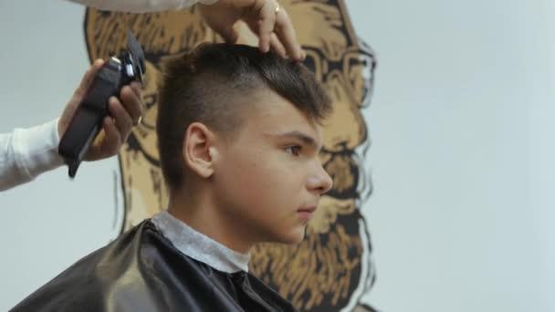 Salon Fryzjerski Dla Mężczyzn Fryzjera Młody Facet Pobiera Usługi Pielęgnacji Fryzura I Włosy Z Brodaty Mężczyzna Z Włosów Na Głowie Fryzura Z Tyłu Maszynki Młodych Chłopaków Widok Z Boku