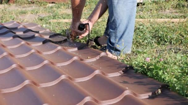 Arbeiten Sie Mit Dachmaterial Dach Aus Metall Profilschneiden