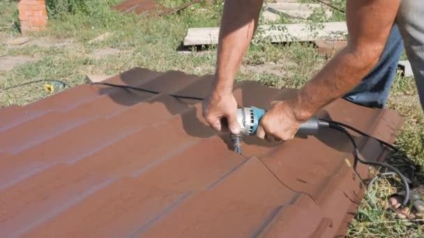 Arbeiten Sie Mit Dachmaterial Dach Aus Metall Hand Schneidwerkzeug