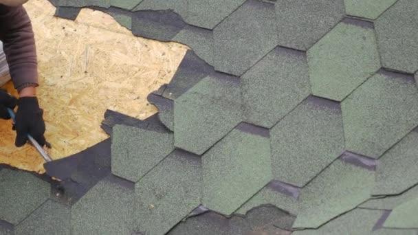 Oprava střechy obytné budovy. Demontáž měkké desky