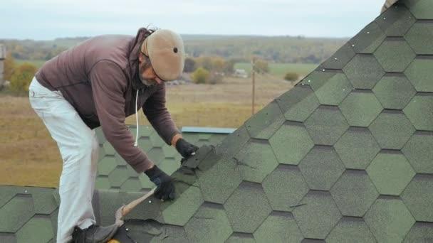 Oprava střechy obytné budovy. Demontáž měkké desky.