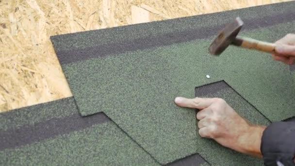 Oprava střechy obytného domu. Pokládka dlažby na měkké. částečné nahrazení poškozené střechy. Oprava tečka.