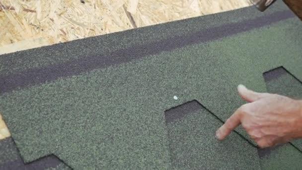 Oprava střechy obytného domu. Pokládka dlažby na měkké. částečné nahrazení poškozené střechy. Tečkou opravy. 4k