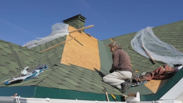 měkká Střecha šindele. Oprava střechy obytného domu. Pokládka dlažby na měkké. částečné nahrazení poškozené střechy. Tečkou opravy. Přibíjení střešních krytin k povrchu