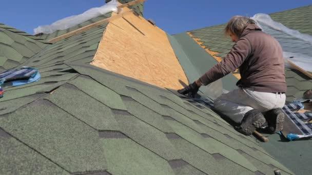Riparazione del tetto al feltro correntini sotto le piastrelle