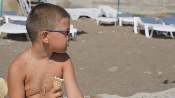 Dítě jí zmrzlinu. Boy rozmazaný obličej s jídlem. Dítě jí zmrzlinu z oplatkovém kornoutku
