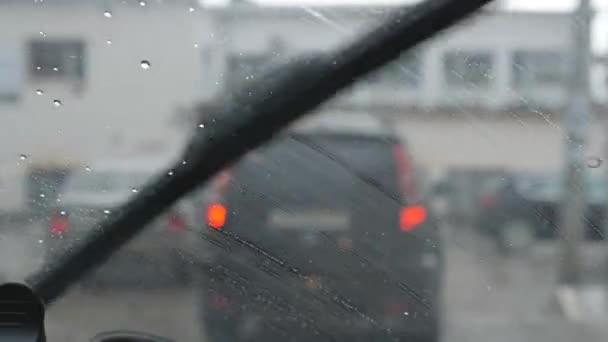 auto stěrač omývá déšť z čelního skla. Výhled z vozu za předním sklem. Full Hd