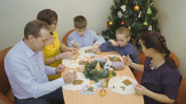 Családi hagyományok. Dekoráció mézeskalács házikó. Felkészülés az ünnep, a karácsony
