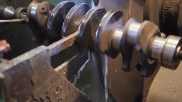 Nagyjavítás-ból egy autó motorja. Unalmas a forgattyús tengely, belsőégésű motor.