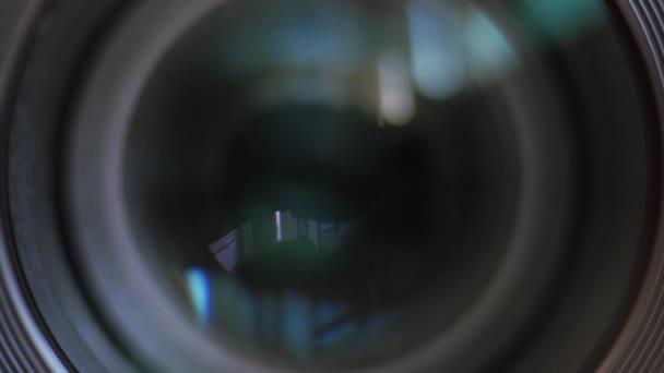 Zavření oka objektivu.