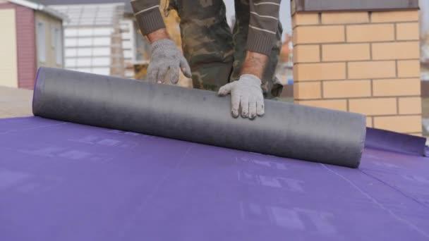 Montáž střešní základny. Podlaha pod střechou. Položení střešního koberce. Válcování izolačního materiálu v orientovaném vlákně Deska sporáku.
