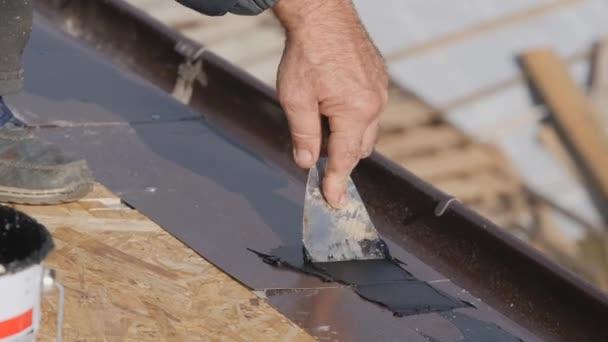 Montáž střešní základny. Podlaha pod střechou. Položení střešního koberce. Aplikace vodotěsné tmely pro lepení střešního materiálu.