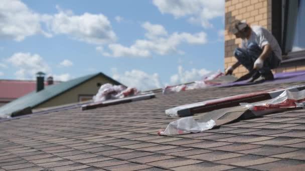 Střešní práce. Položit měkkou střechu na střechu soukromého domu.