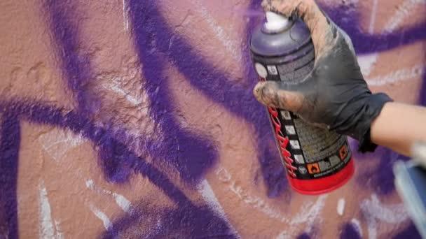 Mtsensk, Oryol region, Ruská federace - 29. července 2020 - editorial - Umělecká malba zdí na ulici. Graffiti. HARDCORE topcoats