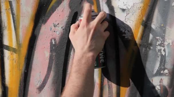 Umělecká malba zdí na ulici. Graffiti. TOPCOATS