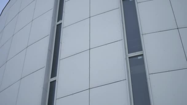úzká okna v budově