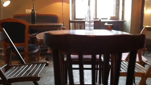 Vintage nábytek v prázdné kavárně