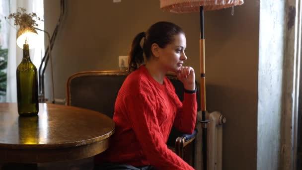 žena sedí v retro interiér