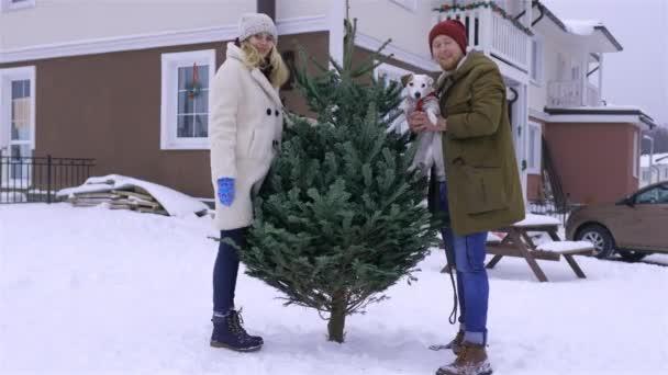 egy fiatal család azt mondja hello állt a karácsonyfa
