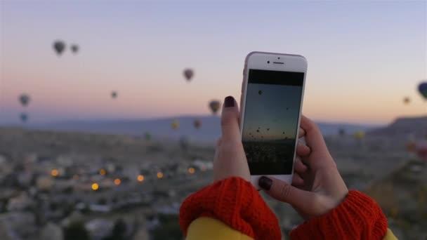 közel, nő lő egy Cappadocia hőlégballon neki telefonon