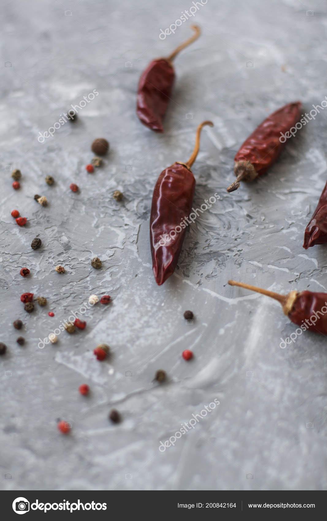 Kırmızı Sivri Biber Tahıl Bir Vintage Gri Arka Plan üzerine Stok