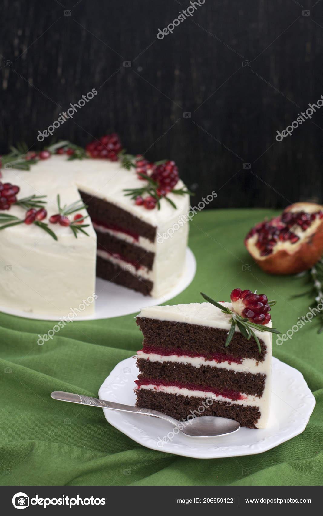Schokoladenkuchen Mit Beeren Sahne Weisse Kase Sahne Granatapfel