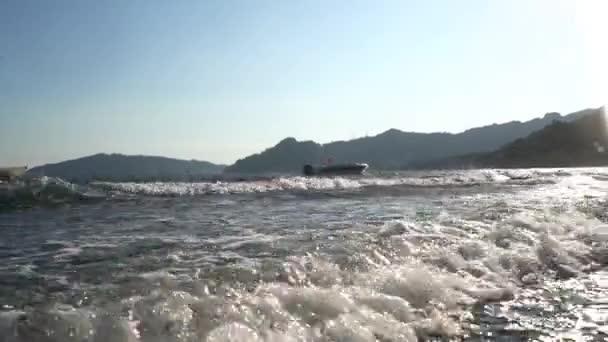 Moře pobřeží omývané vlnami pohled v Turecku