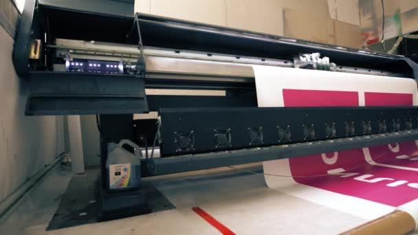 Průmyslová tiskárna, takže velký barevný banner v dílně