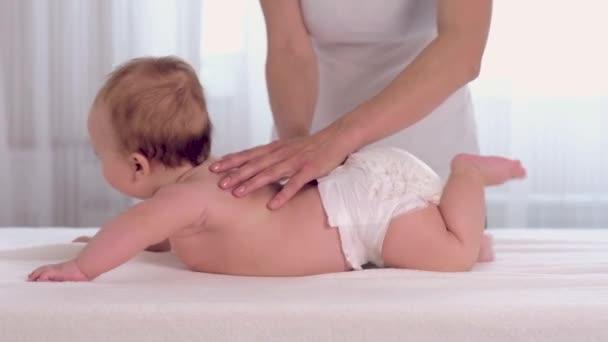 Matka masírovat její děťátko
