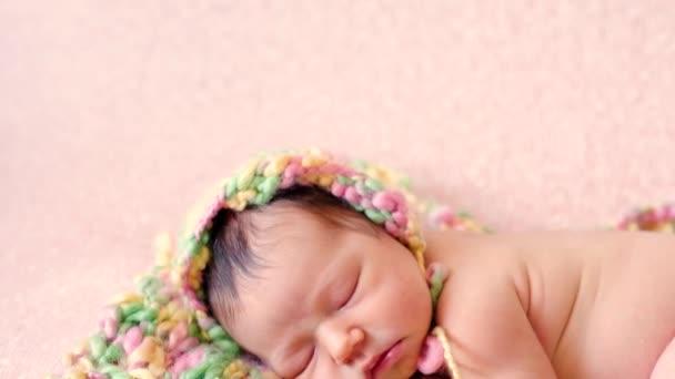 Roztomilé spící dítě v pletená čepice
