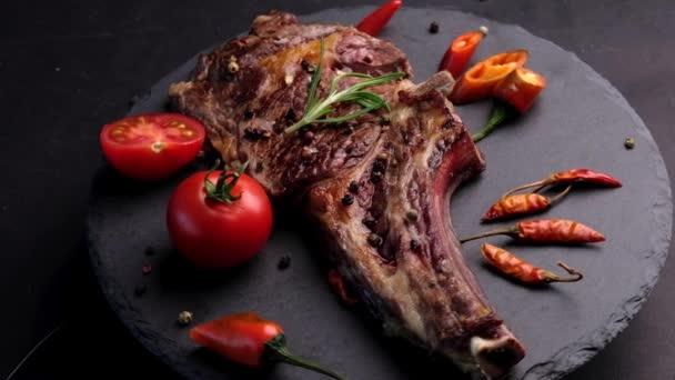 Grilovaný hovězí steak na kosti s rajčaty