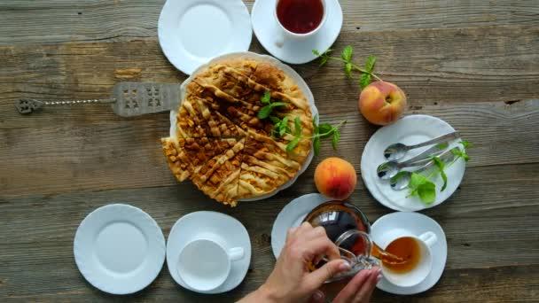 Broskvové domácí koláč s čajem